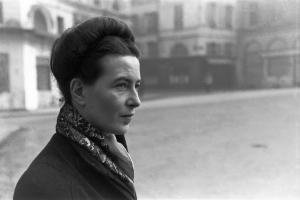 Simone de Beauvoir. She loves her scarves and so do I! Image source: Photo by Henri Cartier-Bresson et Magnum, Paris, France, 1945