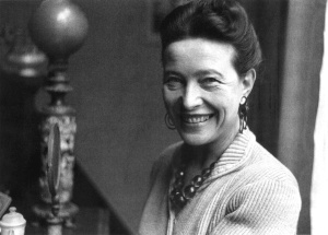 Simone de Beauvoir. The big, loud jewellery. Image source: Info-Escola